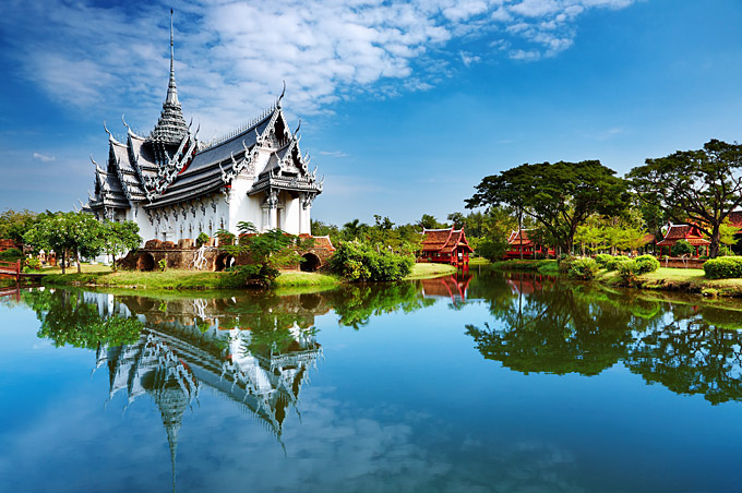 Discover the temples along the banks of the canals