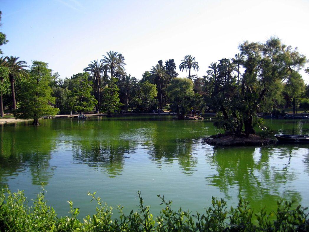 Grab a picnic and relax in the Parc de la Ciutadella